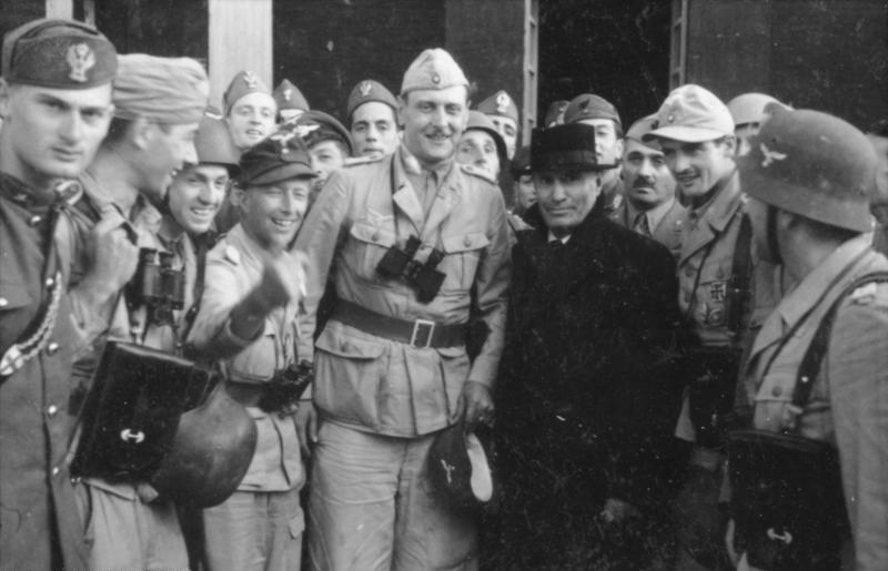 В центре -- Отто Скорцени и спасенный Муссолини