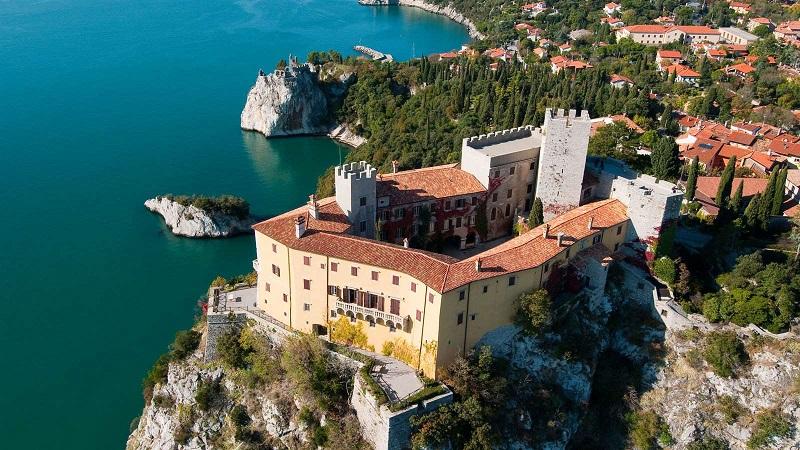 Дуино -- один из самых красивых замков северной Италии