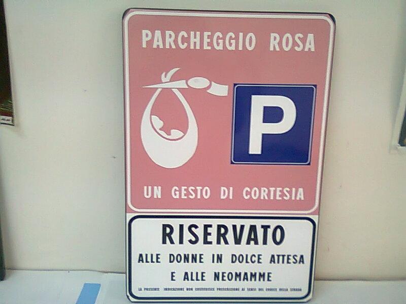 Парковка в Италии -- розовая